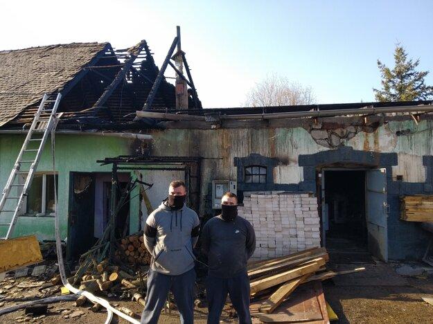 Dvojica policajtov zachránila majiteľovi domu život.
