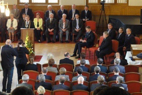 Tridsaťšesť starostov obcí spomínaných v listine sa stretlo so županom a premiérom.