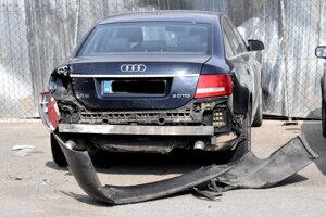 Jedno zo zdemolovaných áut.
