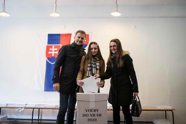 29. február 2020. Predseda hnutia OĽANO Igor Matovič, manželka Pavlína a jeho dcéra Rebeka počas volebného aktu v rámci volieb do Národnej rady SR 2020.