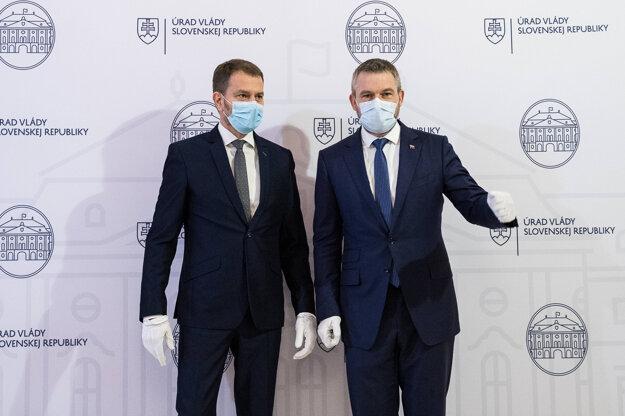 21. marec 2020. Novovymenovaný predseda vlády Igor Matovič a bývalý premiér Peter Pellegrini pred oficiálnym odovzdaním Úradu vlády.