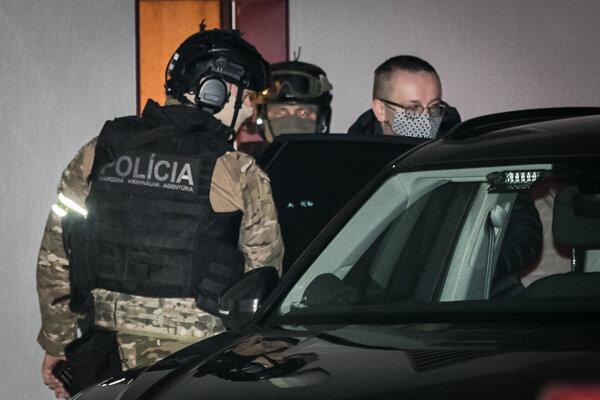 Obvinený Vladimír Pčolinský pri prevoze zo súdu.