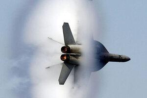 """Sonický tresk vytvorí okolo lietadla takýto """"oblak""""."""