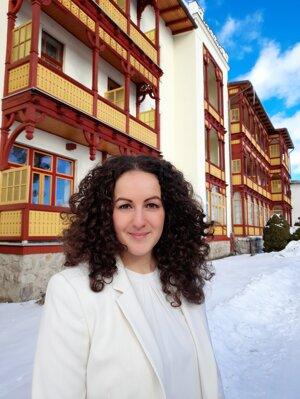 Tímea Takácsová (1992) Vyštudovala lekársku fakultu UPJŠ v Košiciach. Špecializuje sa na odbor fyziatrie, balneológie a liečebnej rehabilitácie. Posledné dva roky sa aktívne venuje pľúcnej rehabilitácii a respiračnej fyzioterapii v Sanatóriu Dr. Guhra v Tatranskej Polianke, ktoré je od roku 2020 špecializovaným pracoviskom respiračnej fyzioterapie uznaným Slovenskou pneumologickou spoločnosťou a je zároveň aj výučbovou základňou pre respiračných terapeutov.