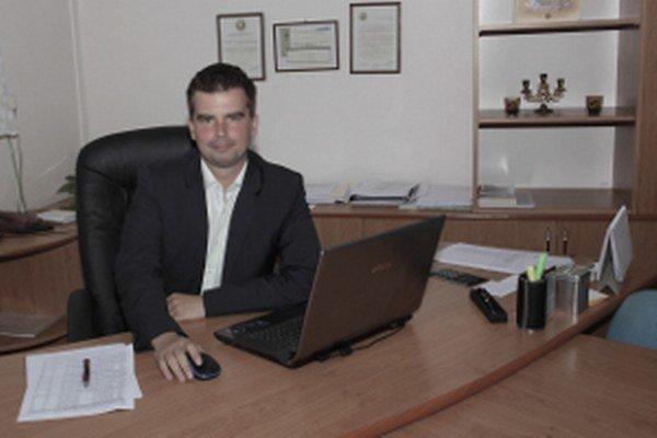 Martin Cimrák vyštudoval ekonomickú a právnickú fakultu Univerzity Mateja Bela v Banskej Bystrici. Podľa životopisu hovorí štyrmi jazykmi, medzi inými aj aragónskou španielčinou.