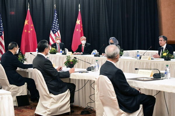 Rokovanie americkej a čínskej delegácie.