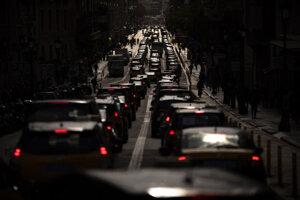 Do ulíc Barcelony vyšli stovky taxíkov.
