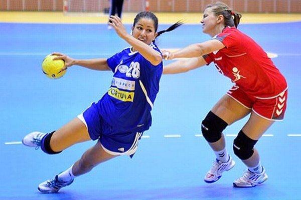 Hráčky Šale jednoznačne porazili všetkých troch súperov. V modrom Nikola Rácková.