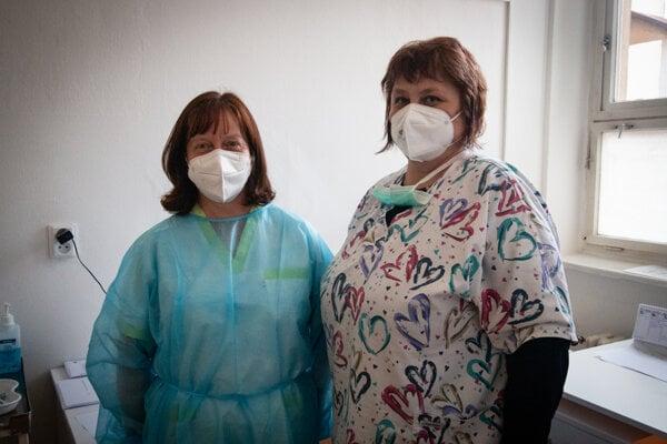 Lekárka Iveta Jarošová (na fotografii vľavo) a zdravotná sestra Anna Haladejová z liptovskomikulášskeho vakcinačného centra.