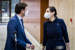 Minister financií Eduard Heger a vicepremiérka pre investície Veronika Remišová pred rokovaním vlády.