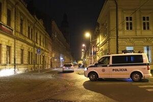 Polícia kontroluje nočný zákaz vychádzania.