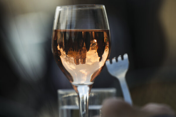 Na snímke odraz katedrály Notre-Dame v pohári vína v Paríži 17. apríla 2019.