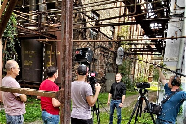 Primátor Hnúšťe Roman Lebeda počas natáčania epizódy dokumentárnej série Tiene ruín.