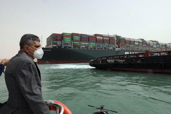 Generál Usáma Rabi, šéf správy Suezského prieplavu, pri uviaznutej lodi Ever Given.