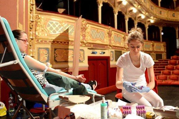V minulých rokoch darovali krv priamo na javisku, teraz pozývajú verejnosť do nemocnice.