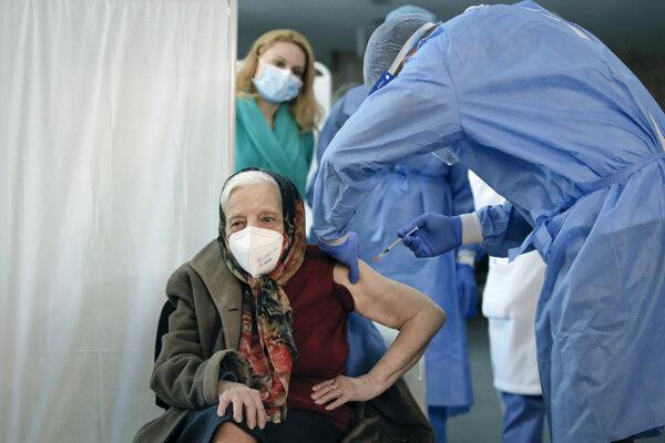 toštyriročná Rumunka Zoea Baltagová  dostáva druhú dávku vakcíny proti ochoreniu COVID-19 od spoločností Pfizer /Biontech.