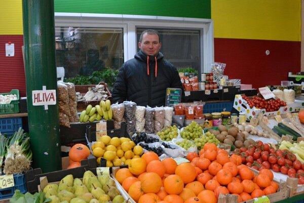 Jozef Bobošík ml. zanechal povolanie kuchára a po rodičoch prebral stánok so zeleninou a ovocím v priestoroch Mestskej tržnice v Topoľčanoch.