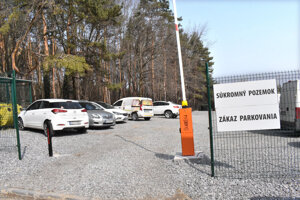 Pozemky patrili mestu, to ich za Rašiho vymenilo a firma ďalej previedla. Dnes tu stojí nepovolené parkovisko s rampou.