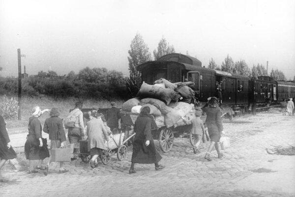 Nemci v okolí Berlína utekajúci z východných oblastí.