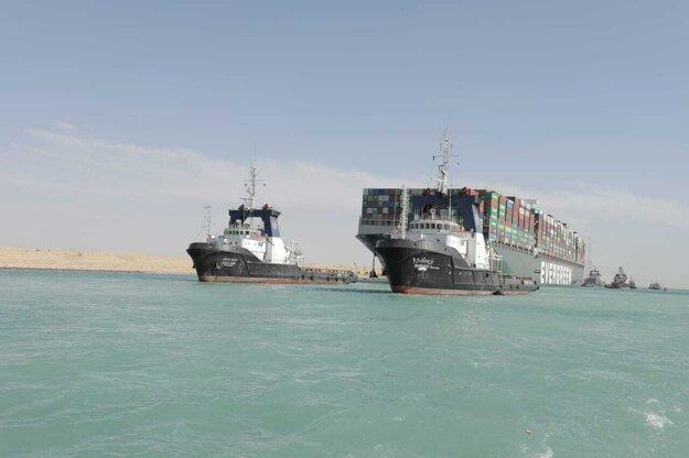 Loď sprevádzali remorkéry, ktoré ju pomohli vyslobodiť.
