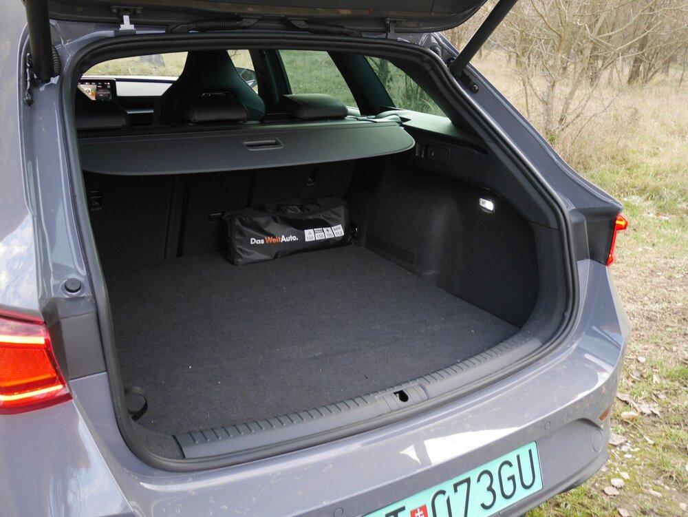 Kufor v plug-in hybridnej Cupre Leon má 470 litrov.