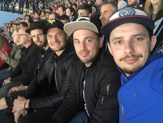 Priateľstvo ho spája aj s Michalom Novákom (tretí sprava) a Filipom Bajtekom (druhý zľava).