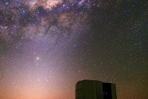 Mliečna cesta a zodiakálne svetlo nad teleskopom VTL.