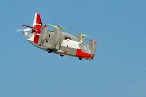 Maketa konvertoplánu XC-142 v kolmom lete – takzvanom vise, kedy je krídlo vyklopené nahor. Model o rozpätí 1200 mm a hmotnosti 2,4 kg je schopný kolmého vzletu a pristátia. Po sklopení krídla s vrtuľami sa správa ako bežné lietadlo. Maketa skutočného lietadla, ktorých bolo vyrobených iba 5 kusov je vybavená špeciálnou stabilizačnou elektronikou, ktorá tento spôsob letu umožňuje. Na obrázku dobre vidieť zadný vyrovnávací motor s piatou vrtuľou.