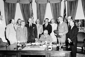 Americký prezident Harry Truman podpisuje dohodu o Severoatlantickej aliancii v Oválnej pracovni Bieleho domu, august 1949.