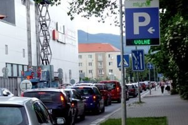 Radnica chce odľahčiť Ulicu Československej armády za obchodným centrom Mlyny.