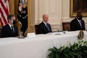 Zľava americký minister zahraničných vecí Anthony Blinken, prezident Joe Biden a minister obrany Lloyd Austin.