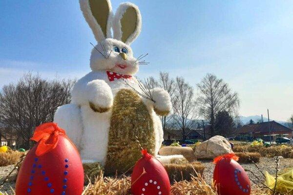 Uprostred námestia v Turanoch sa týči tri metre vysoký veľkonočný zajac spriemerom meter osemdesiat.