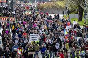 V Stuttgarte protestovali tisícky ľudí.