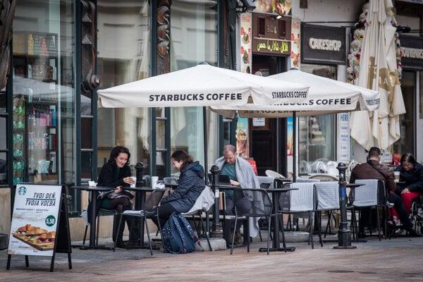Ešte v apríli si zrejme budú môcť ľudia posedieť vonku na terasách reštaurácií.