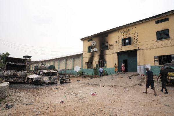 Budova nápravného zariadenia v nigérijskom meste Owerri po útoku militantov.