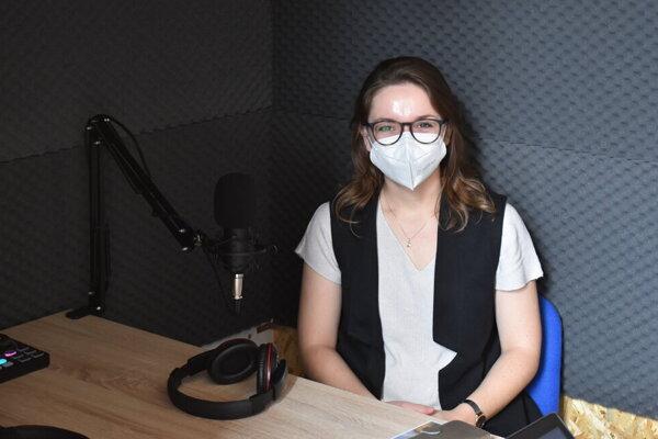 Barbora Rusiňáková pri nahrávaní podcastu.