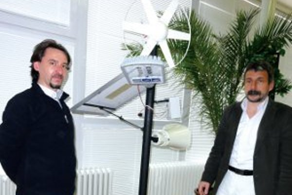 Pedagóg Róbert Pallya a riaditeľ Dušan Husár pri modeli inteligentného stĺpu.