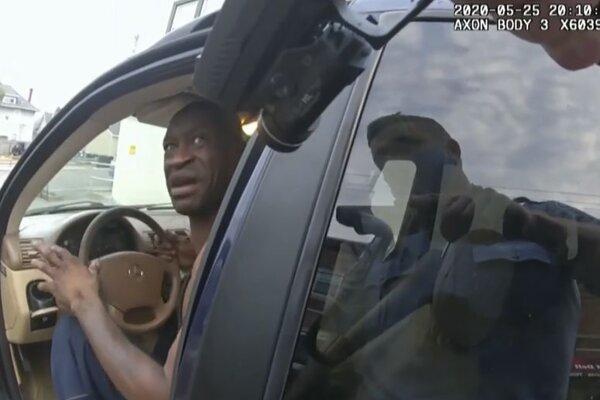 Pohľa z kamery expolicajta Dereka Chauvina pri zatýkaní Georga Floyda.