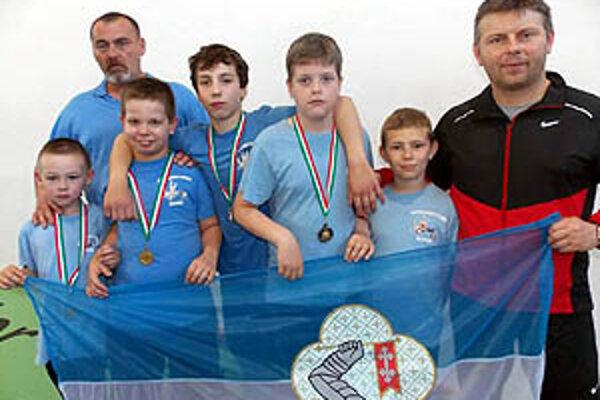 V Maďarsku - zľava Kollár, tréner Vereš, Škoda, Bojda, Pekarovič, Dóczy ml., tréner Dóczy st.