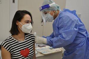 O očkovanie Astrou Zenecou je v Bratislavskom kraji 63-krát väčší záujem ako v Košickom. Ilustračné foto.