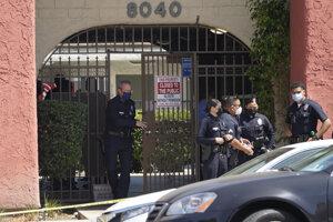 Polícia pred bytovým komplexom, kde našli zavraždené deti