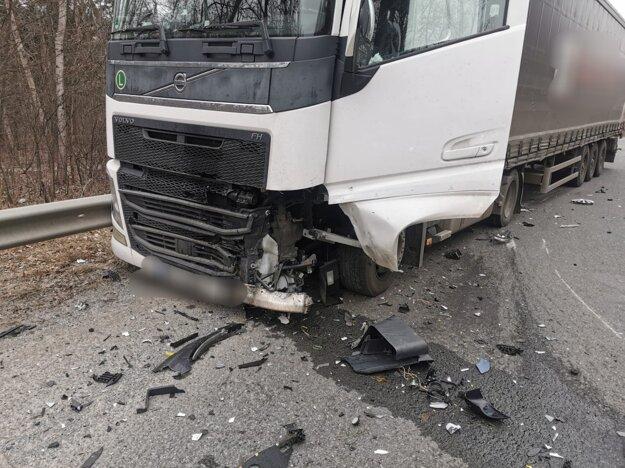 Nehoda si vyžiadala zranenia.
