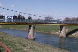 Most v parku.