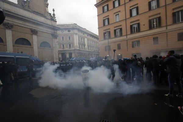 Stret demonštrujúcich podnikateľov s políciou v Ríme.