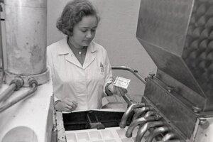 Foto z roku 1972: G.Devečková, vedúca strediska pri stroji na plnenie 90 gramových kelímkov horčicou.