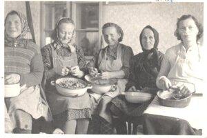 Ženy z Rakova pri pučení maku.