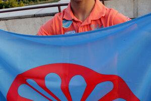S rómskou vlajkou.