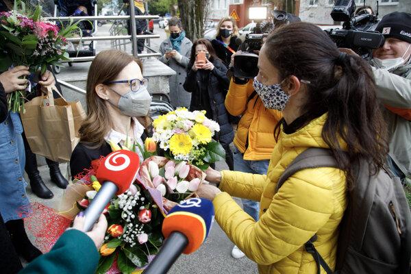Riaditeľka Štátneho ústavu pre kontrolu liečiv (ŠÚKL) Zuzana Baťová (vľavo) počas preberania kytíc kvetov, ktoré priniesli účastníci na znak podpory po včerajších slovných útokoch ministra financií SR.