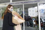 Predsedníčke Štátneho ústavu pre kontrolu liečiv (ŠÚKL) Zuzane Baťovej v piatok po útokoch Igora Matoviča priniesli ľudia desiatky kytíc.