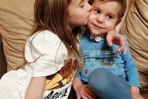 Sebastiánko so sestričkou.